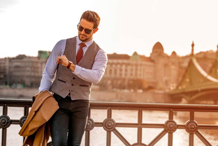 Mann mit edler Armbanduhr